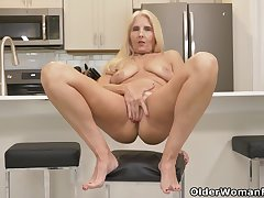 Florida milf Chery Leigh loves doing pantry chores