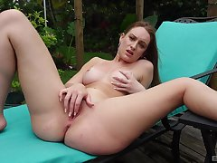 Solo stunner works magic in a back yard XXX shtick
